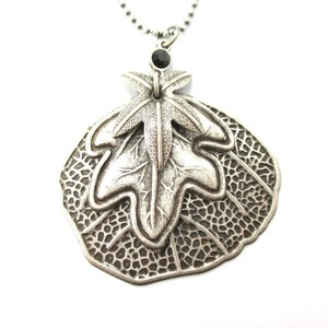 Realistic Round Lily Pad Leaf Shaped Floral Pendant Necklace in Silver
