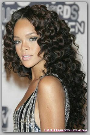 Молодым девушкам в возрасте от 16 до 24 лет легче отрастить волосы, так как именно в этом возрасте наступает пик