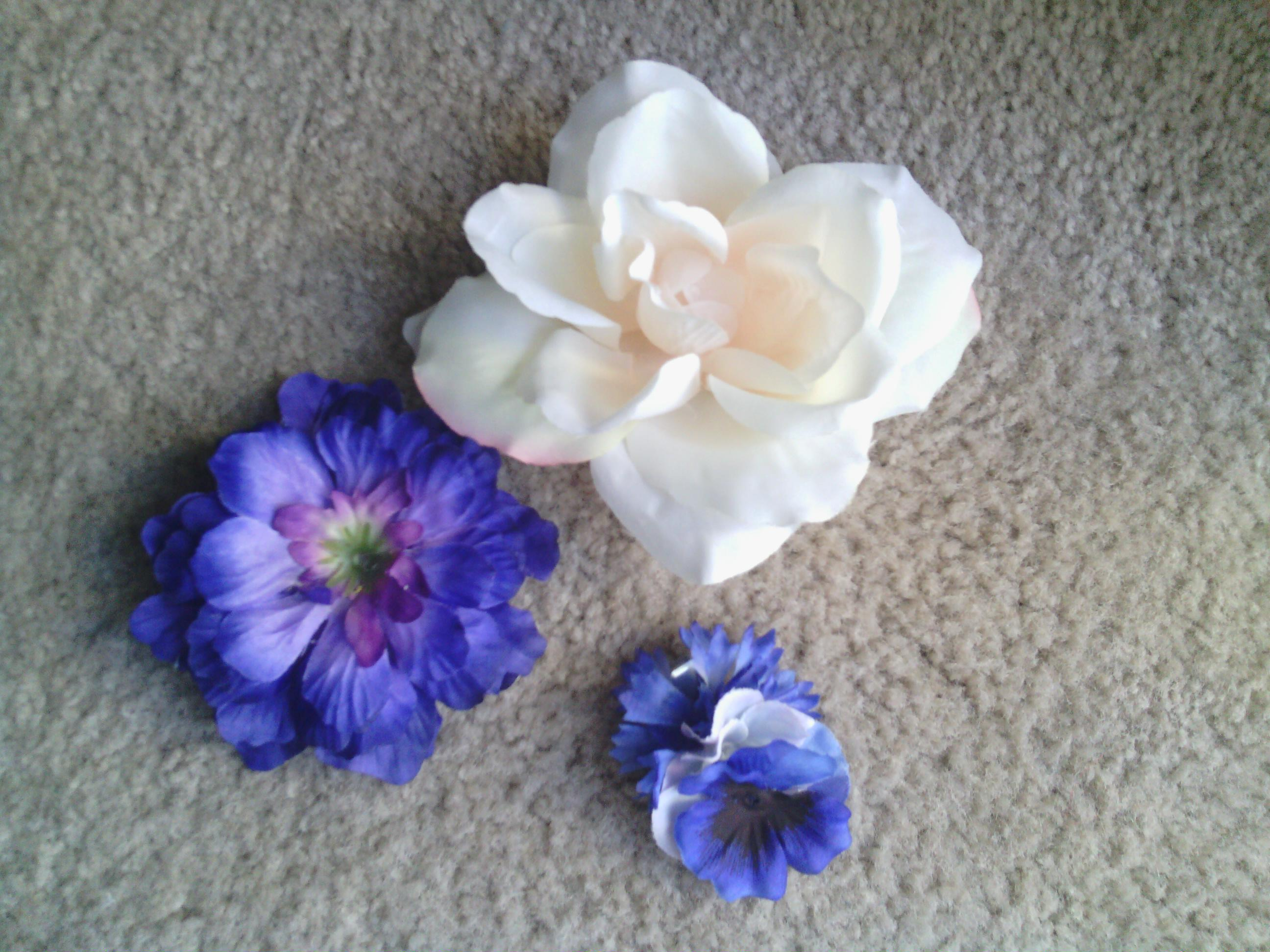 Nikkis Knitting And More Flower Hair Clip Small White And Blue