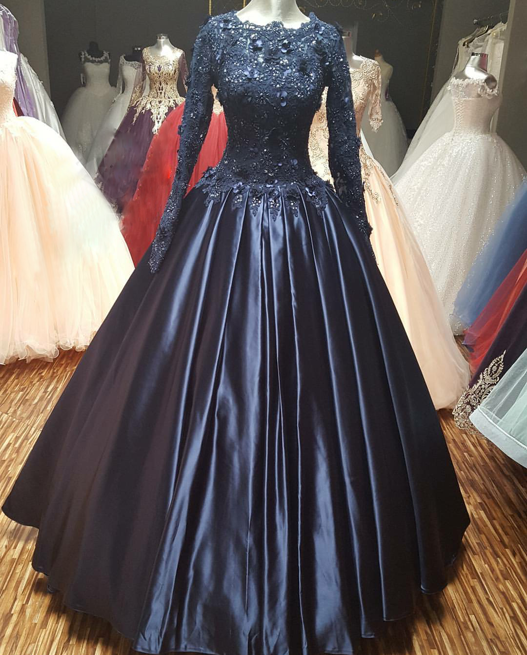 Navy Blue Ball Gown Prom Dress With Long Sleeves Scoop Neck Pleated Satin And Lace Applique Flowers Formal Dresses Evening Party Gowns